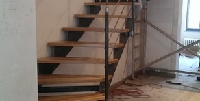 escaliers en acier, marches en bois